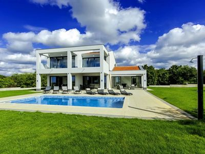 Photo for Modern villa with heated pool, whirlpool and steam bath in central Istria