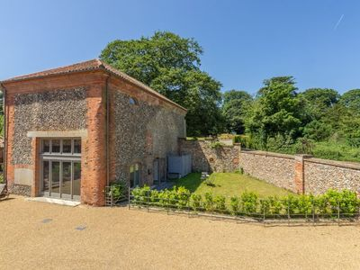 Photo for A luxury Grade II listed barn conversion
