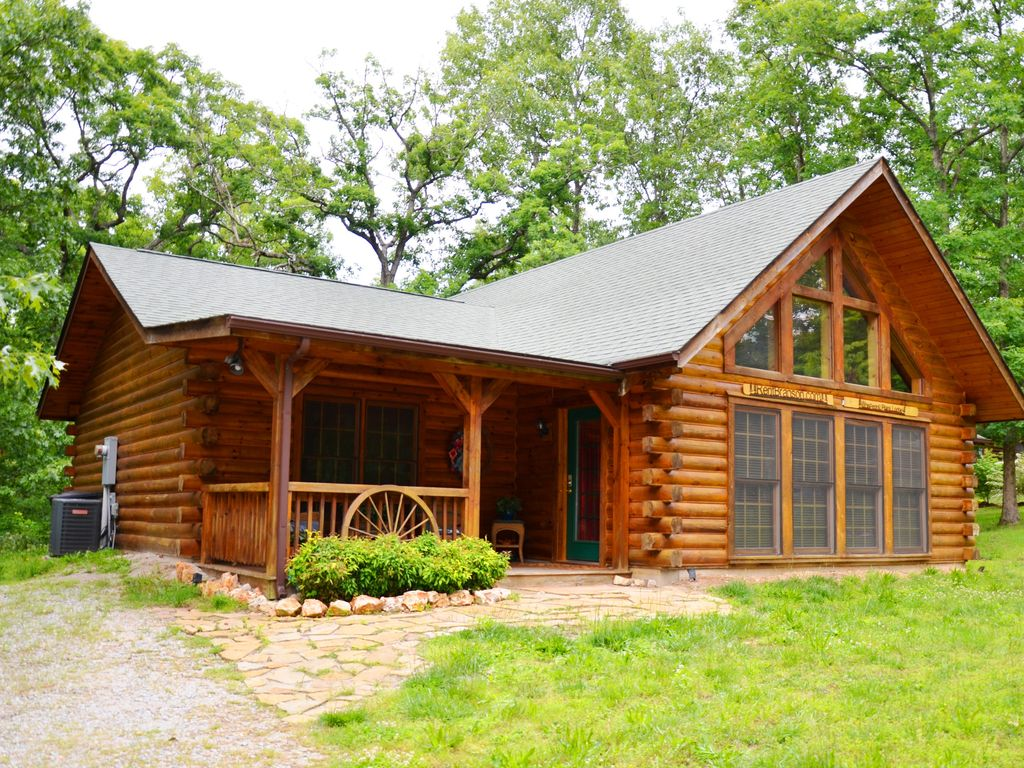Spacious secluded elegant log cabin jetted vrbo for Elegant log homes