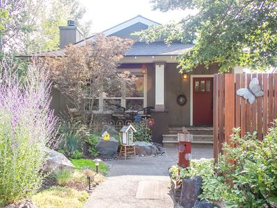 Photo for Bella Bird: 2 bed+den, Hot tub! Charm! 3 bikes, walk dwntn Bend!