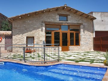Luxury and charming villa with private pool near lake and Costa Brava beaches.
