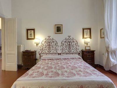 Photo for Mimi, spacious apartment with private garden in the heart of Florence