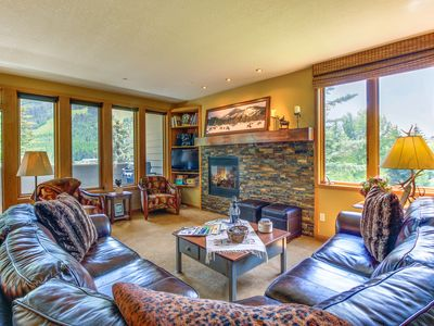 Photo for Mountainview home w/ balcony, near ski slopes, access to shared pool & hot tub