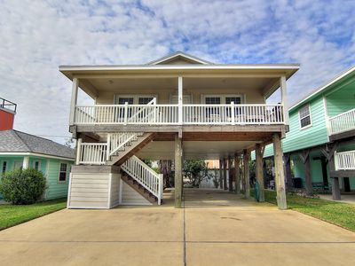 Photo for Catch the Breeze Spacious 3/2, Community pool, Sleeps 10, minutes to beach