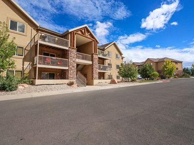 Photo for Third-floor condo w/ mtn views, shared pool & hot tub - drive to national parks!