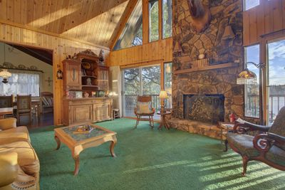 Large, spacious living room with beautiful views on the lake.