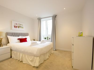 Stunning High End Two bedroom Apartment near Kew Gardens , Free Parking&Wi-Fi