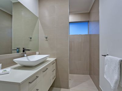 Photo for Apartment in the center of Palm Cove with Pool, Air conditioning, Parking, Terrace (676347)