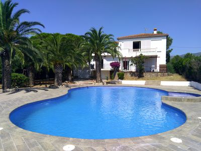 Photo for Charming Villa for 10/11 pax, private pool with jacuzzi, 800m from the beach.