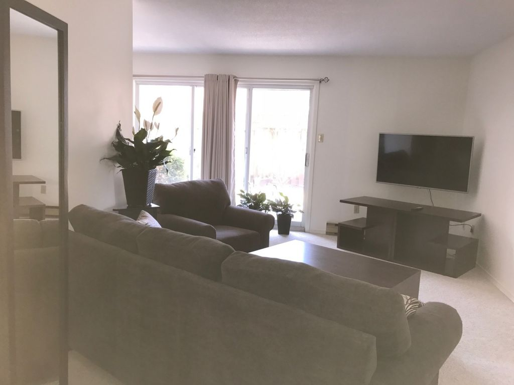Large 2 Bedroom Apartment In A Quiet Secure Building In A Residential Neighborhood