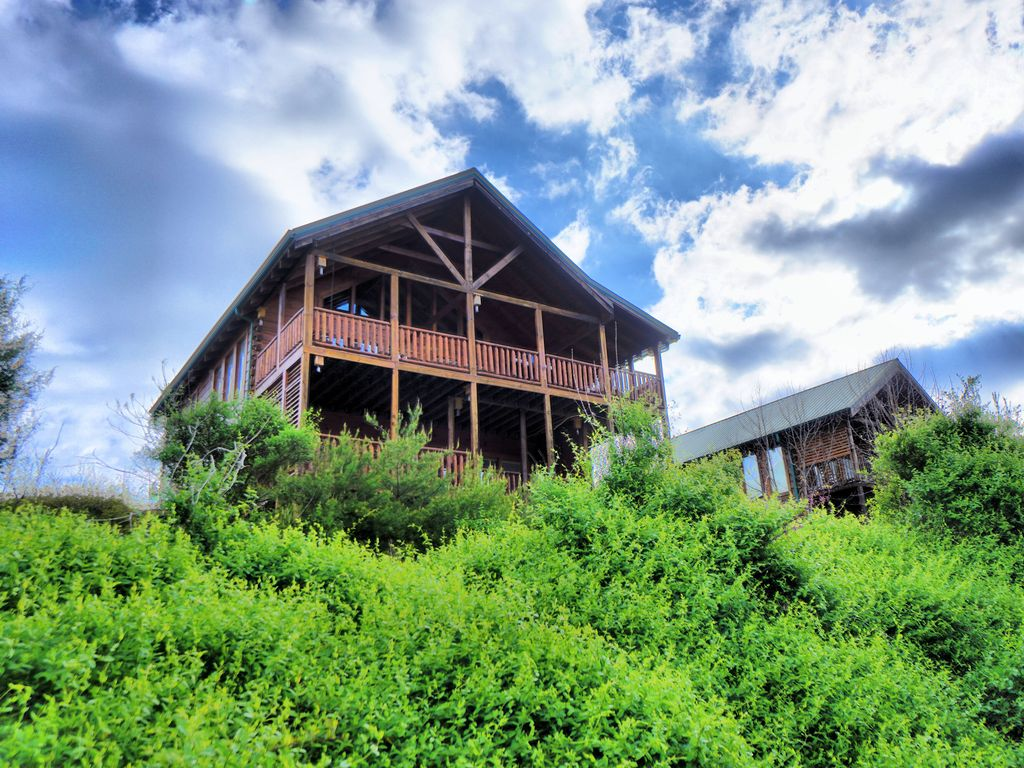 Yeti 39 s retreat ideal location in pigeon forge w mountain for Eagles ridge log cabin