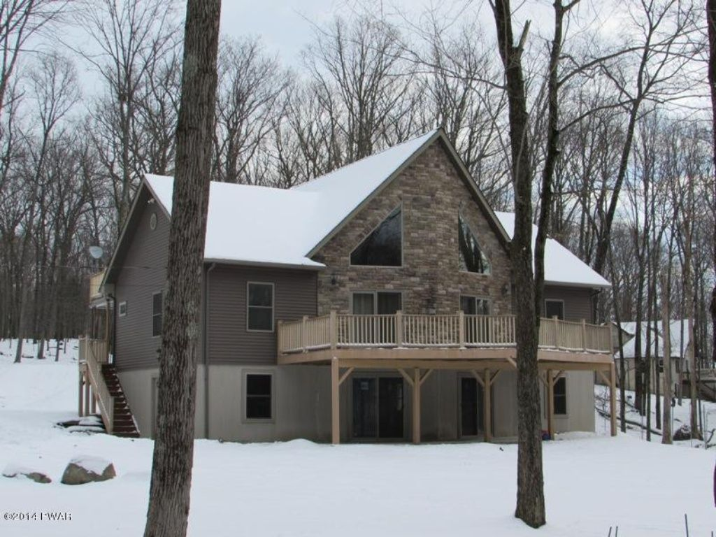 Peaceful and private pocono house with comm vrbo for Pocono rental with private swimming pool