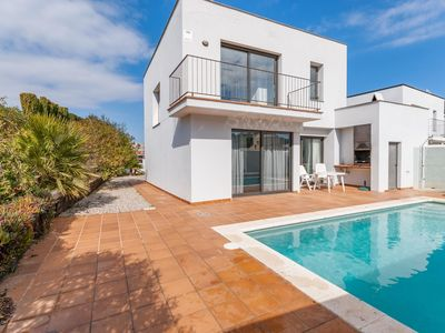 Photo for Holiday home with private pool at just 1.5 km from the beach in Costa Brava