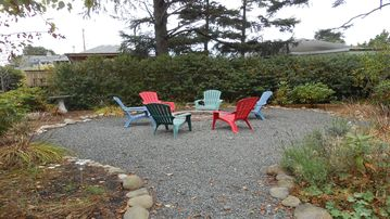 New Hot Tub, Outdoor Fire-pit, 1 block to beach - Deck & Beautiful Yard