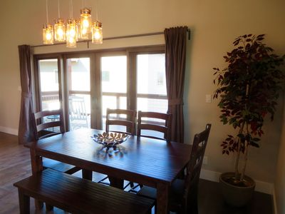 Dining room table seats 7 (plus 4 barstool at kitchen island)