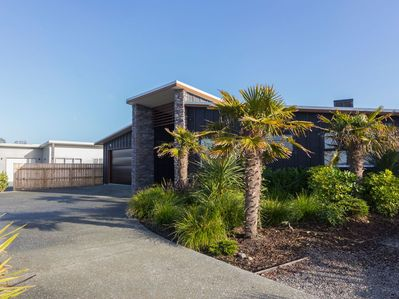 Stylish Village Escape - Matakana Holiday Home