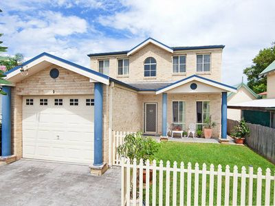 Photo for 5-bedroom House in the heart of The Entrance - walk to lake, beach and shops