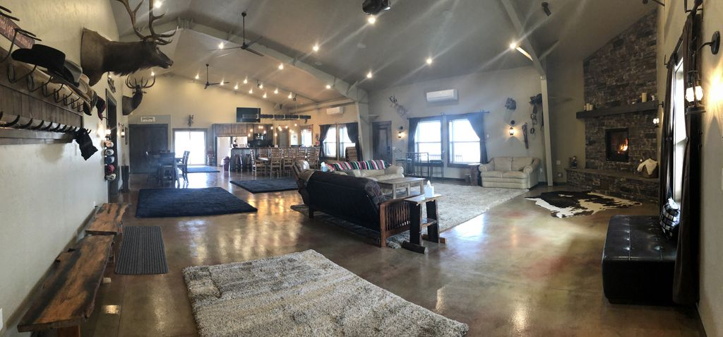 Rustic Ranch Lodge sleeps 20 with spacious living area and horse stable - Nampa