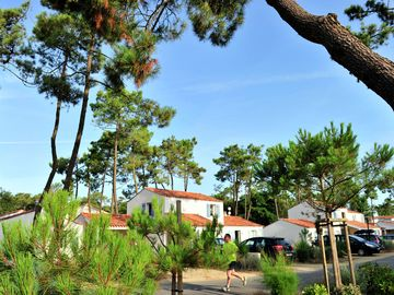 Home in holiday park with swimming pool, surrounded by woods and near the beach