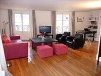 Superb location. Walking distance to Louvre, Notre Dame. Lovely apartment and nice owner!