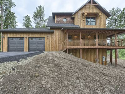 Close to Trails w/ large Garage on Paved Roads, w/ Hot Tub and Fire Pit Table