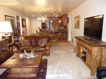"""TRUE SKI IN/SKI OUT """"SLOPESIDE"""" SNOW FLOWER 3 BR BEAUTIFULLY REMODELED CONDO"""