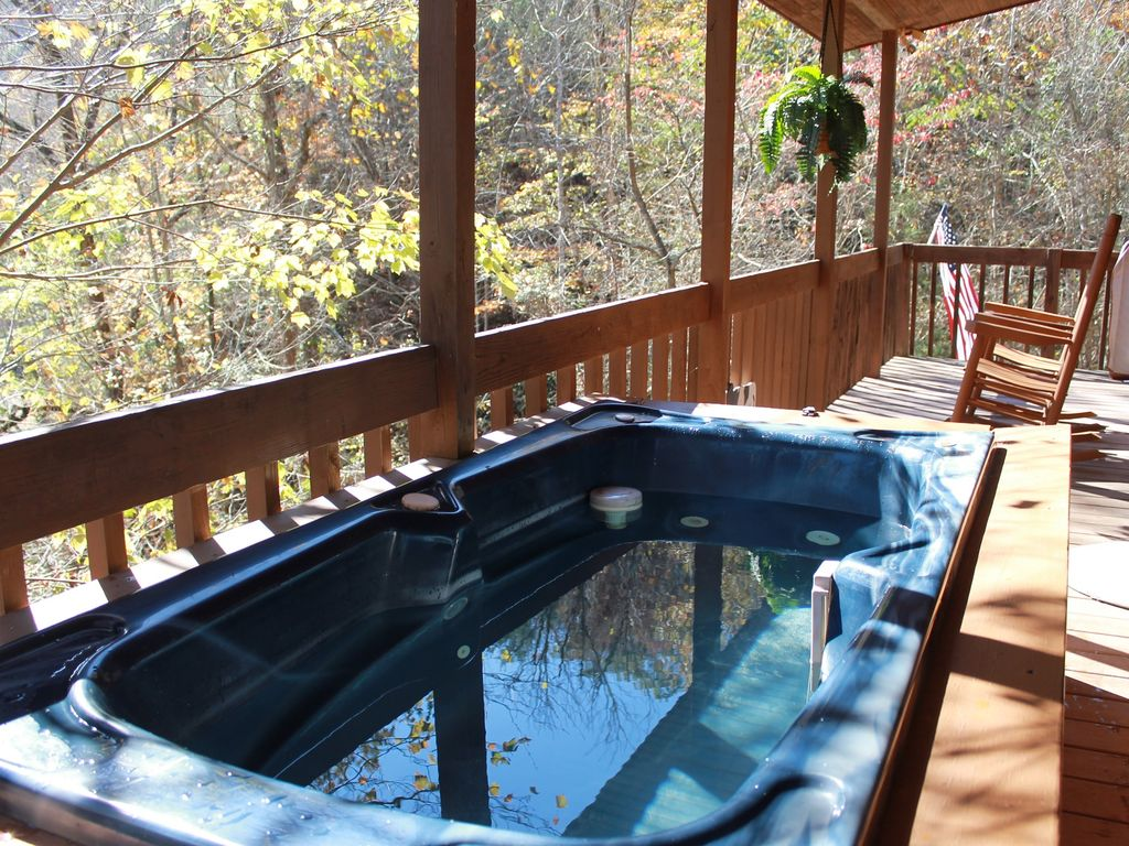 Beautiful cabin w cozy fireplace relaxing hot tub for Cabin in gatlinburg with hot tub