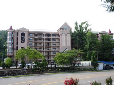 Upscale 2 Bedroom / 2 Bath Downtown Condo, 3 TVs, Large Patio, On Site Pool