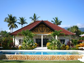 Yudhistira ***** Villa on the edge of the sea in Bali with large pool in a beautiful location