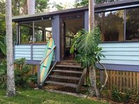 This is a charming, clean functional beach house in a really nice neighbourhood near a great cafe.