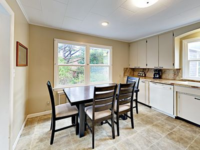 Dining Area - Enjoy home-cooked vacation meals at the dining table.