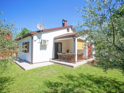 Photo for Cosy bungalow with air conditioning and Wi-Fi, 3 km from Porec and the beach