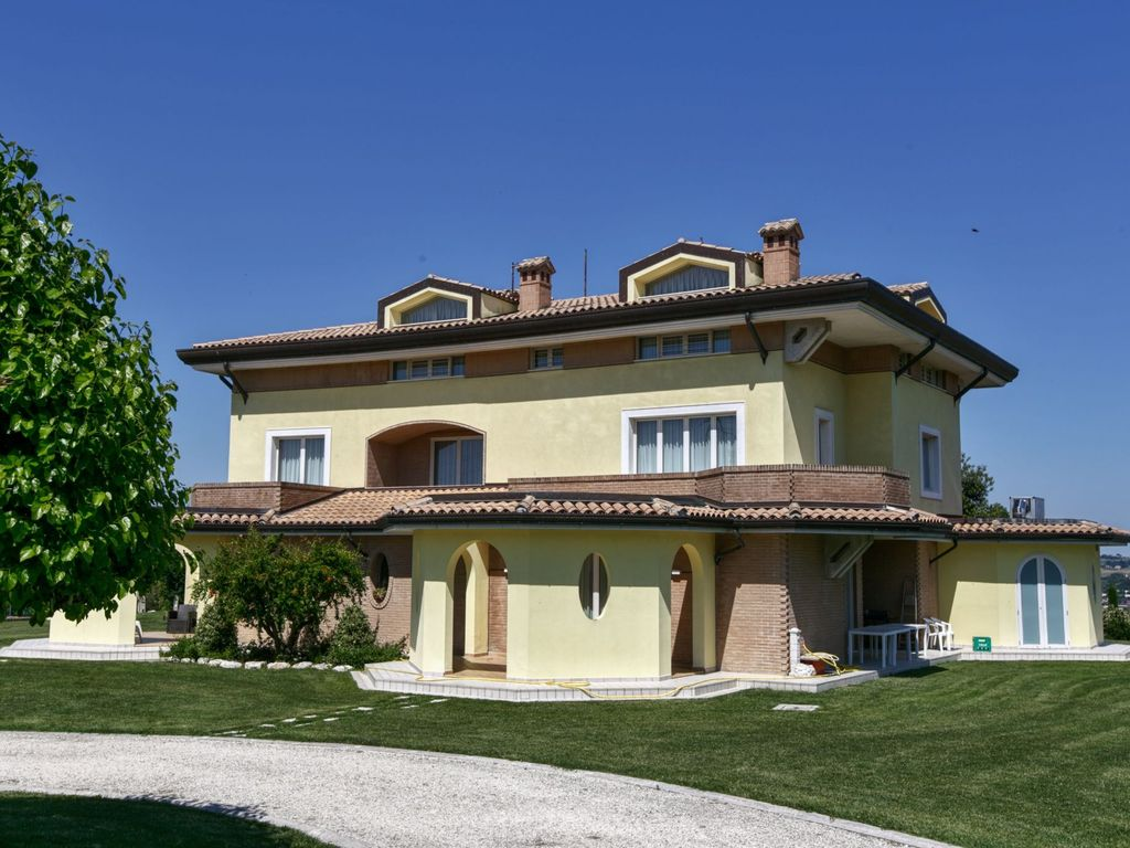 A nice agritourism with slow food and homeaway montefano for Tours of nice houses