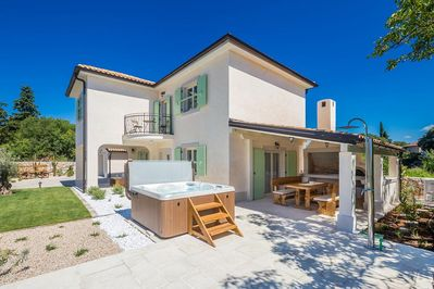 Attractive exquisite Holiday house - swimming pool, outdoor jacuzzi, beautiful landscape, barbecue area, full privacy - 1
