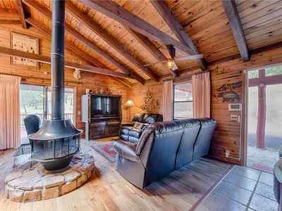 Photo for Lincoln Log Cabin, 3 Bedrooms, Hot Tub, Fireplace, Grill, Sleeps 7