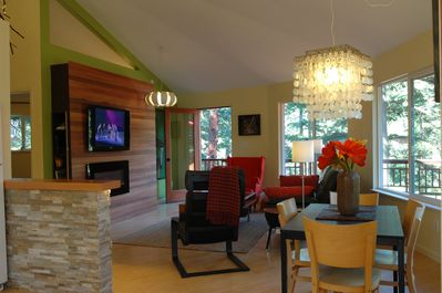 Cozy & modern, the Tree House is equipped: Wi-Fi, DVD, large screen & more.