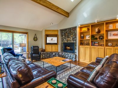 Photo for Open Floor Plan, Lots of Light, 5 BR Lodge Home, Hot Tub, Ping Pong - TOPF12