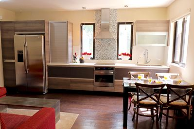 "Fully equipped kitchen with stove and electric oven, coffee maker, microwave, toaster, blender, etc. ""The place is immaculate. It is clean, everything works and looks just as advertised"" Alejandro USA"