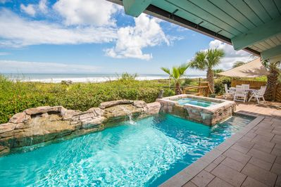 Pool and hot tub facing the ocean.