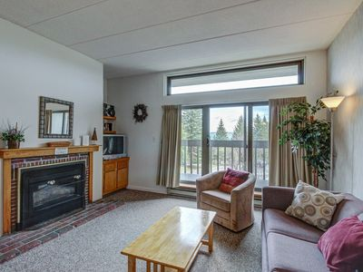 Sunny & bright condo w/ a full kitchen & mountain views - near golf & slopes!