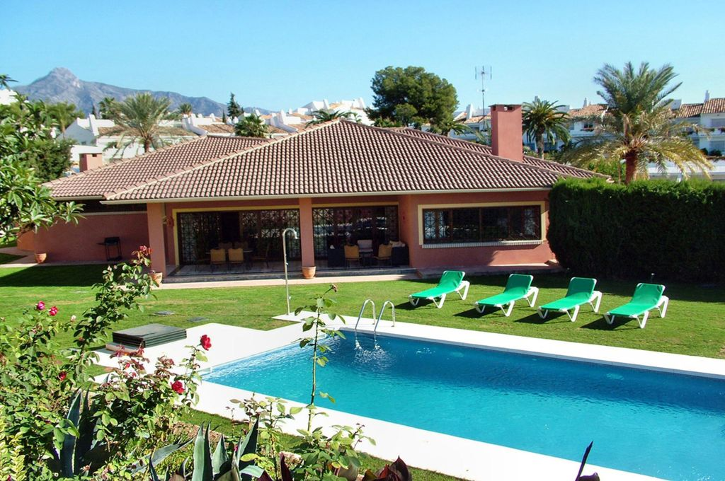 Holiday villa with 5 Br + guest apartment, swimming pool, Casino, Puerto  Banus - Marbella