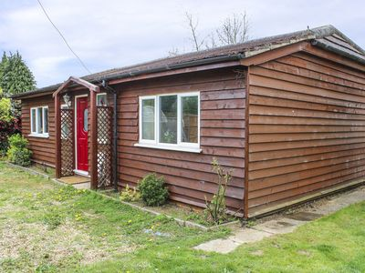 Photo for THE CHALET, pet friendly, with a garden in Biggleswade, Ref 956980