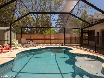 Peach Hideaway: Screened, Heated Pool and Group-Friendly Layout (Sleeps 8)
