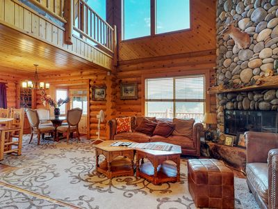 Private hot tub, mountain views, pool table in the loft!