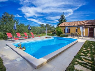 Photo for Charming holiday home with pool, 2 air-conditioned bedrooms in Kaštelir