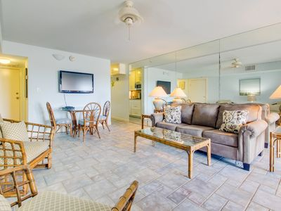 Condo overlooking Laguna Madre Bay w/ shared pool and hot tub!