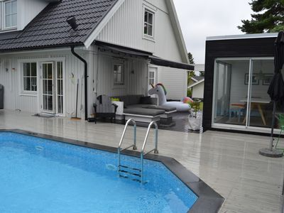 Photo for Beautifully decorated family villa with heated pool in transparency mode near Stockholm