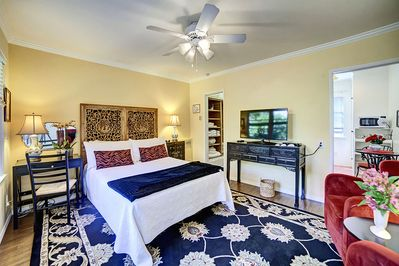 Queen size bed sleeps 2 comfortably, Free wi-fi, and 40' Flat screen plasma TV