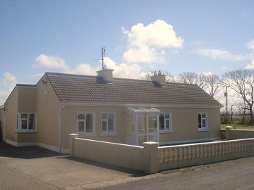 Spacious 4 Bedroom House With Large Secure Garden And Patio / 5 mins to Beach