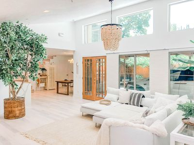 Architecturally Stunning Luxury Home up to 10 guests / 7 mins to downtown